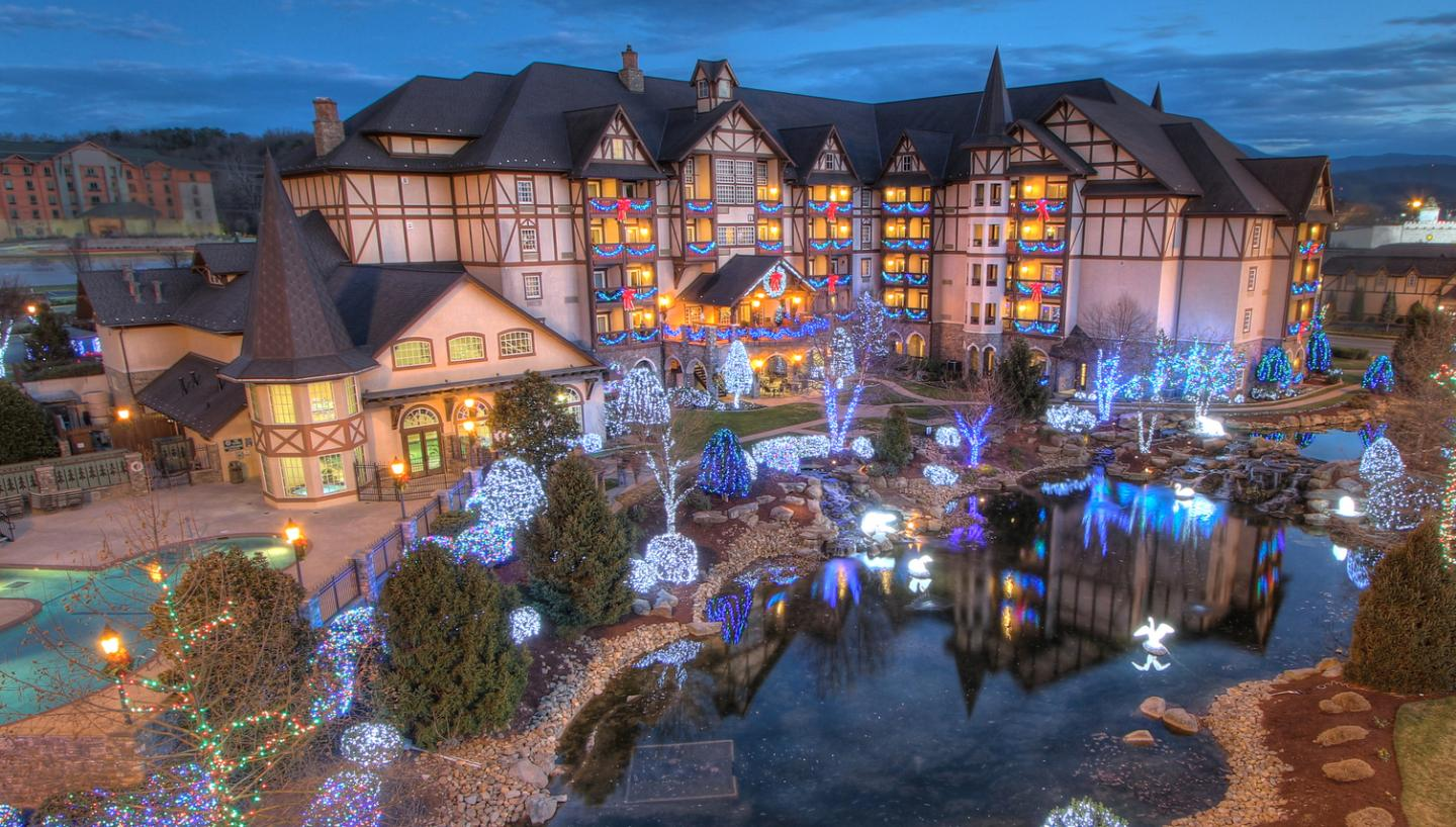 the inn at christmas place in pigeon forge tn tennessee. Black Bedroom Furniture Sets. Home Design Ideas