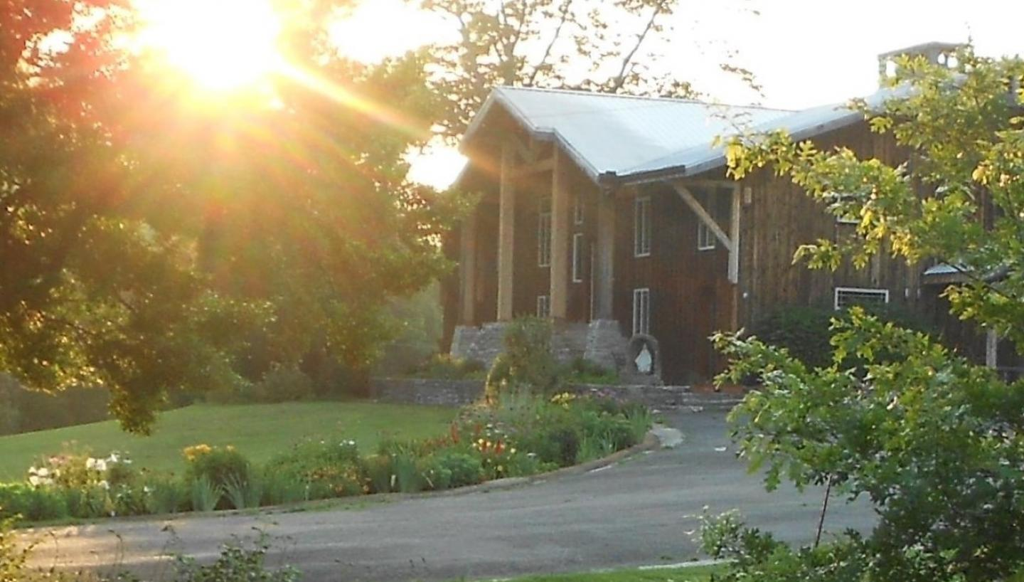 Cascade Hollow Lodge       ...        Bed and Breakfast
