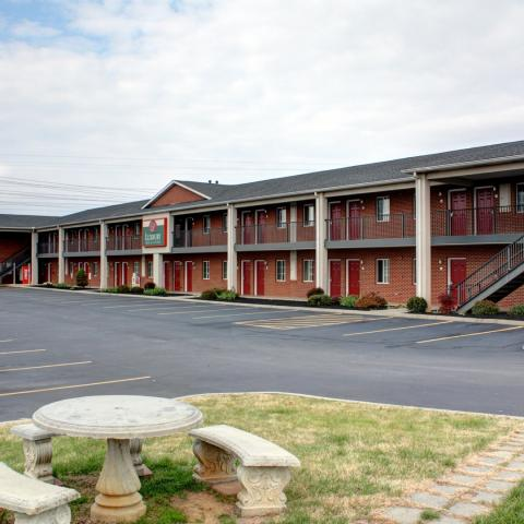 Hidden Gem- Luxbury Inn & Suites in Maryville, TN near scenic highways and byways ++++