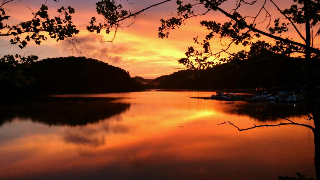 Scenic sunset over Dale Hollow Lake