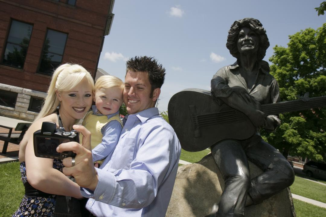 Selfie with Dolly Parton statue