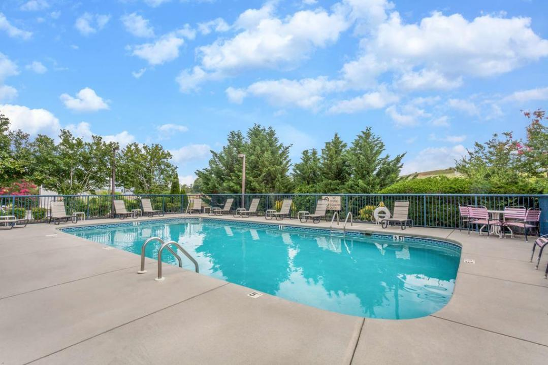 Baymont inn suites kodak sevierville in kodak tn for Big outdoor pool