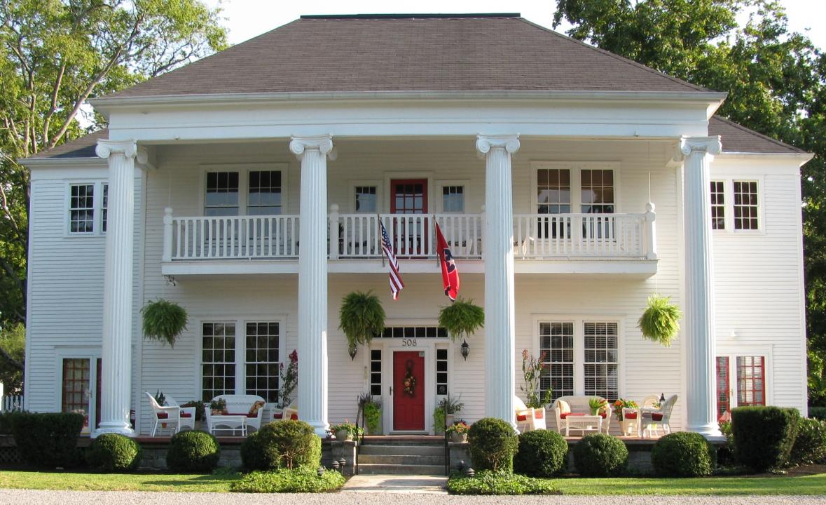 Southern mansion bed and breakfast near Jack Daniels distillery Lynchburg